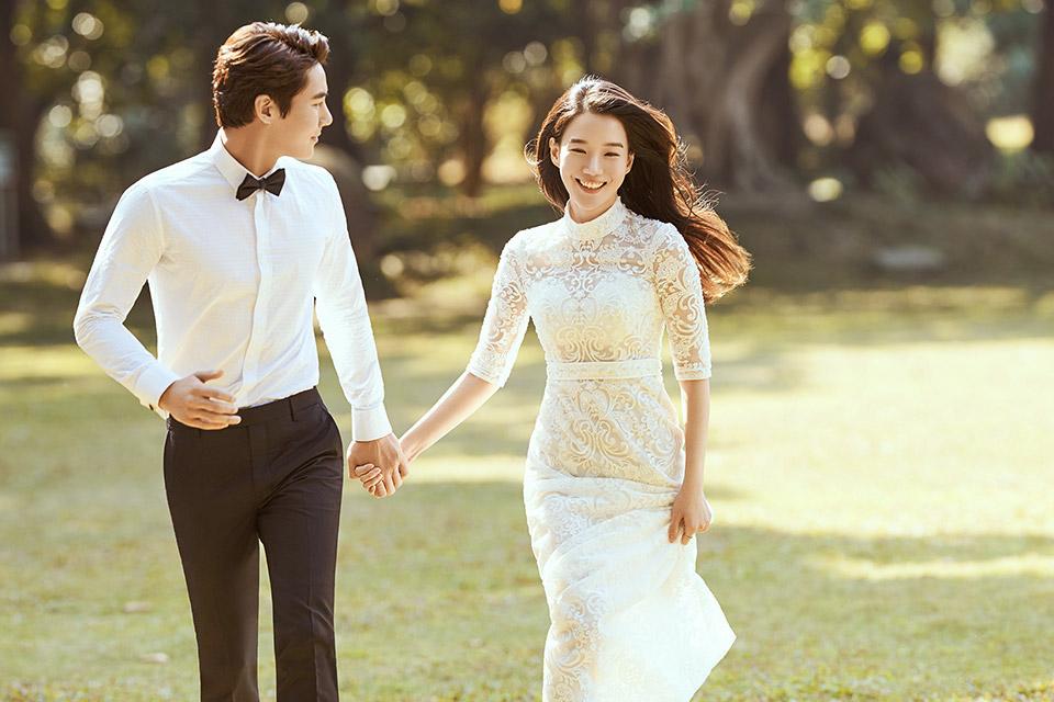 技巧掌握了,感觉找到了,那么,你就只差一个像时尚经典这样优秀的团队为你制造婚照大片了。别害羞,来吧,我们在等你。 时尚经典婚纱摄影创建于1998年,十九年的经验积累赢得无数消费者们的赞许。作为沈城人气颇高的婚纱摄影品牌,时尚经典始终秉持一贯时尚前卫的风格,引领国际时尚潮流,也因此成为东北地区第一家唯一荣获婚纱摄影ISO9001国际质量体系认证的婚纱摄影企业。更多沈阳婚纱摄影相关信息与婚纱照拍摄攻略敬请关注时尚经典官方网站。选择品质,选择时尚经典!